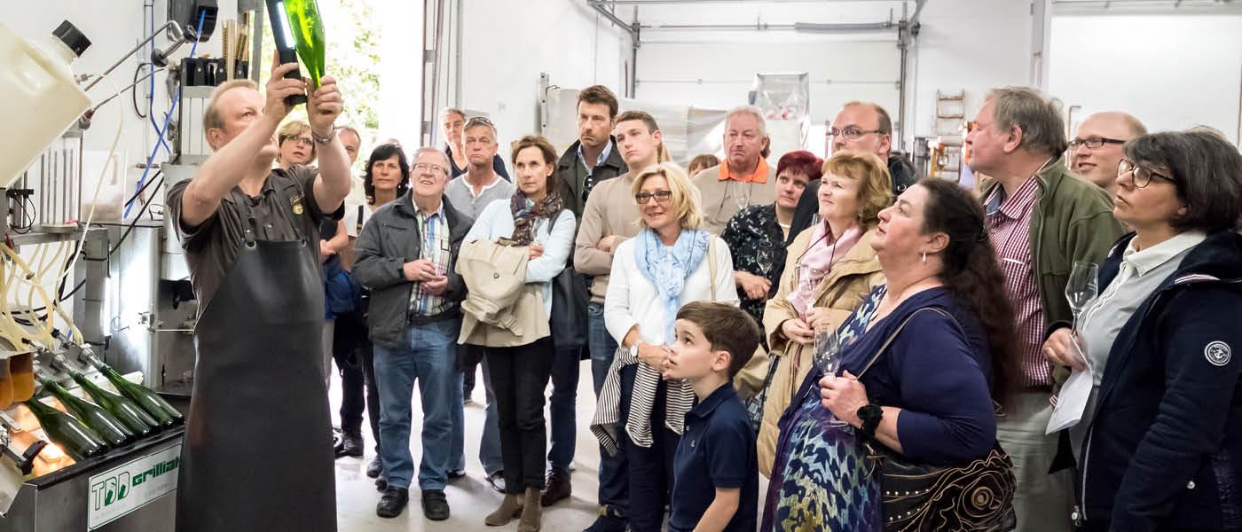 Sekt im Rheingau: Bernd Schönleber erklärt die Sektherstellung.