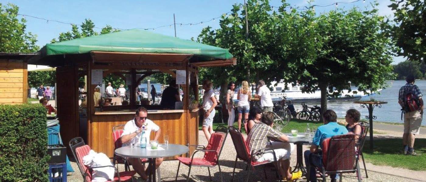 Weinstand in Oestrich-Winkel. Direkt am Rhein.
